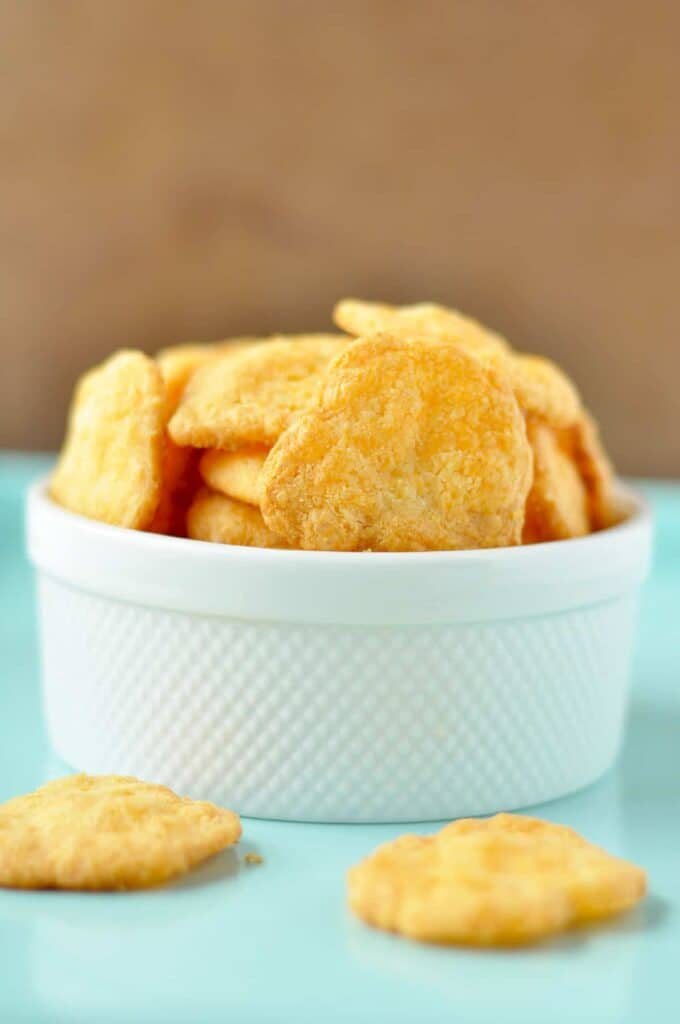 Low Carb Cheese Crackers! Crispy, flakey gluten free cheese crackers that taste just like Cheeze Its! Perfect for your next party when you need a keto or gluten free appetizer!
